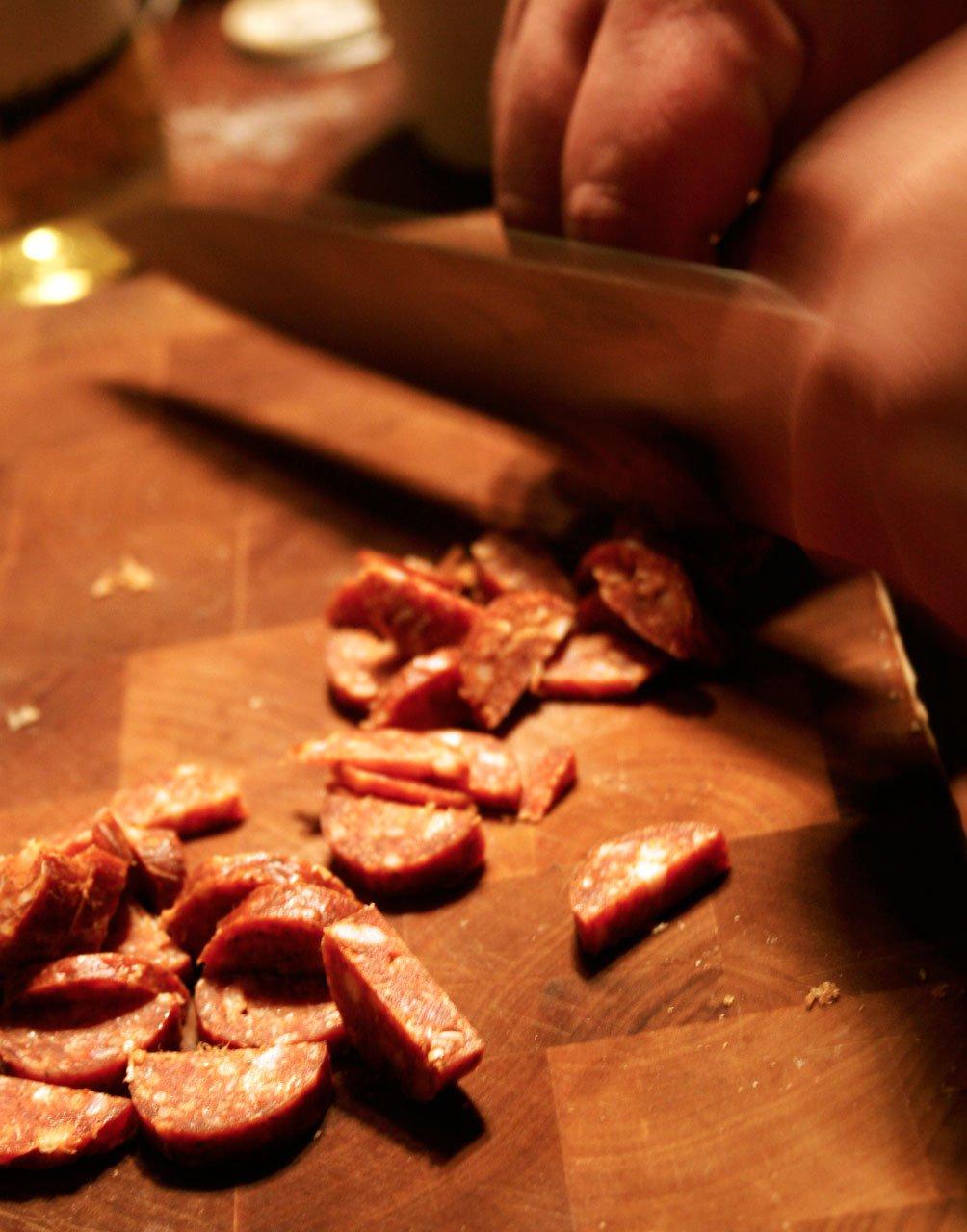 Chorizo igang med at blive skåret