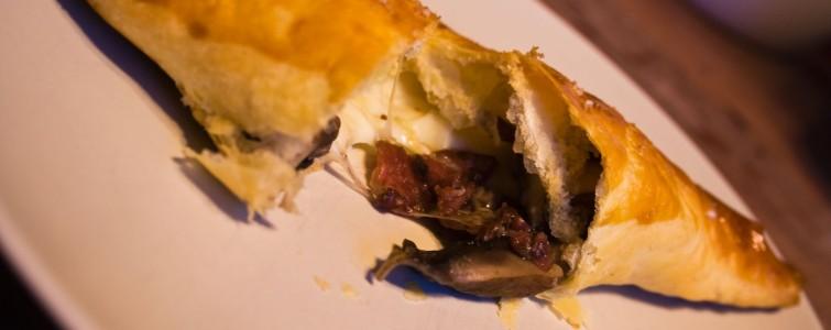 Den åbnede butterdej med oksebacon, portebello svampe og mozzarella