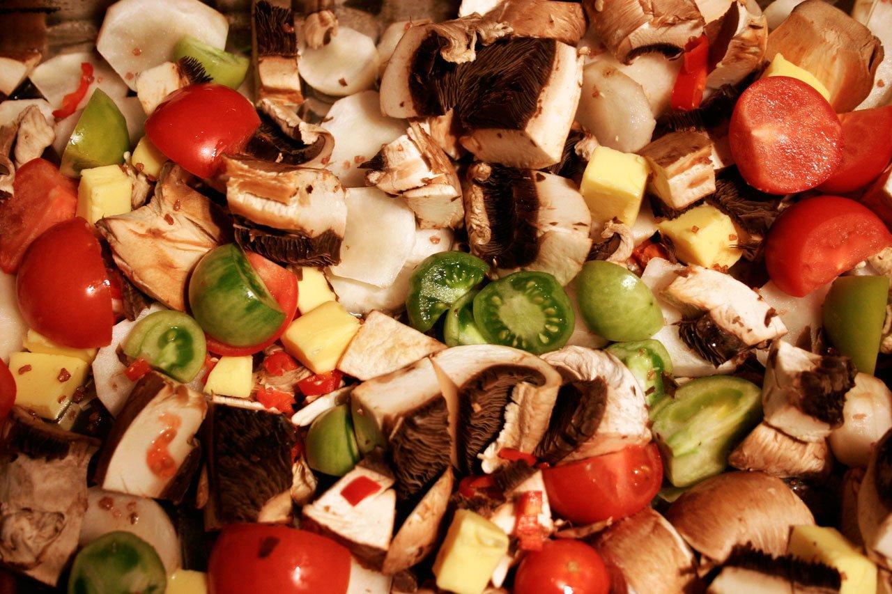 portebellosvampe, jordskokker, grønne og røde tomater