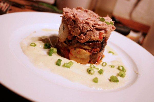 Sous vide svineskank med ovnstegte tomater, jordskokker og svampe