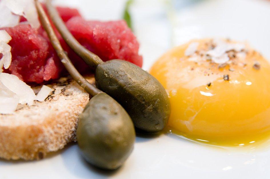 Tartar med peberrod, æggeblomme, rå løg og kapers