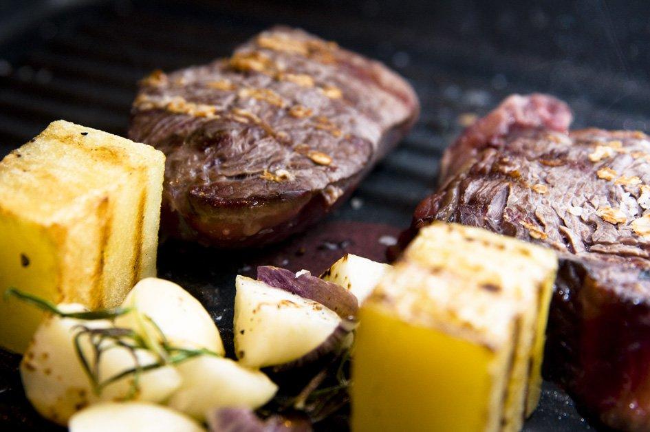 Bøf, gul bede og kartofle på panden med rosmarin og hvidløg