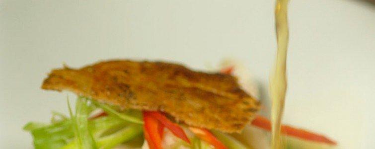 Hønsekødsuppe med kyllingebryst sousvide, spinat, forårsløg, chili og sprødt kyllingeskind
