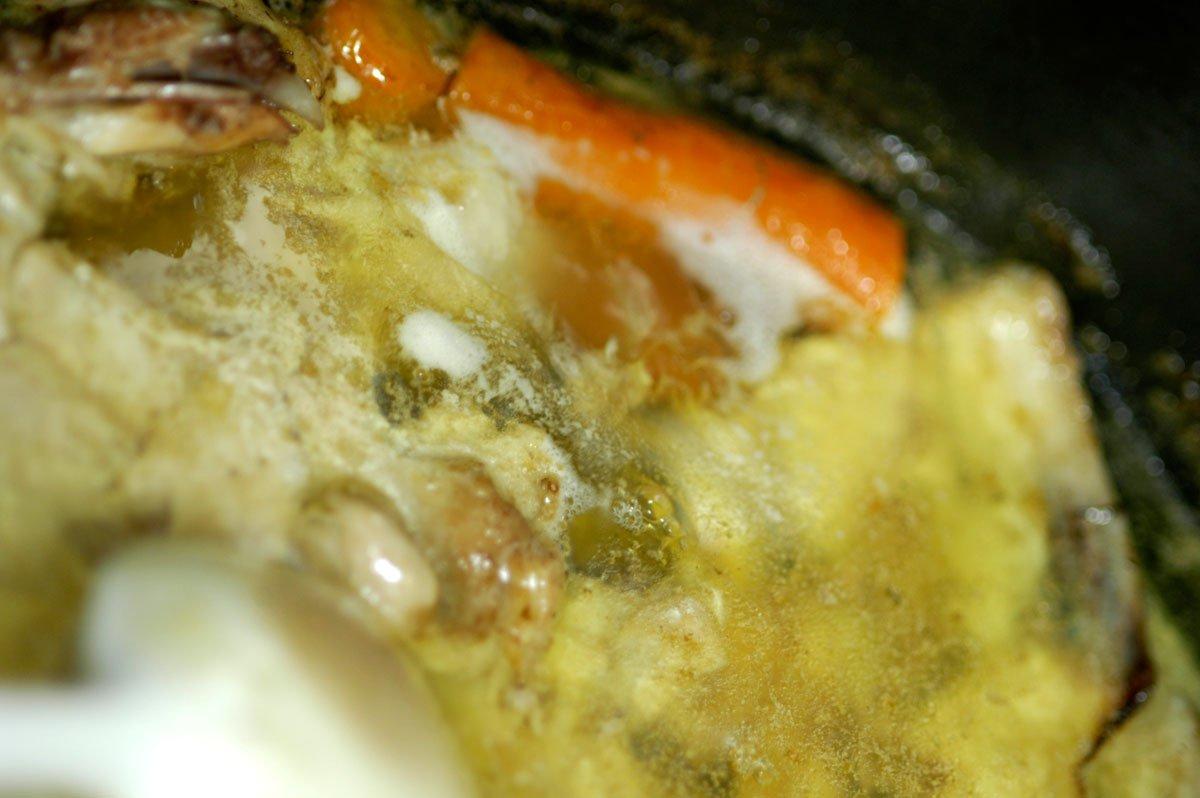 Hønskekødsuppen simre lystigt