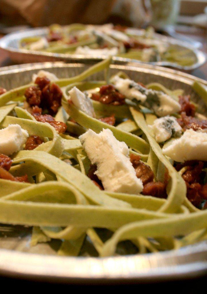 Frisk pasta anrettet i staniolfad med tørrede tomater og gorgonzola