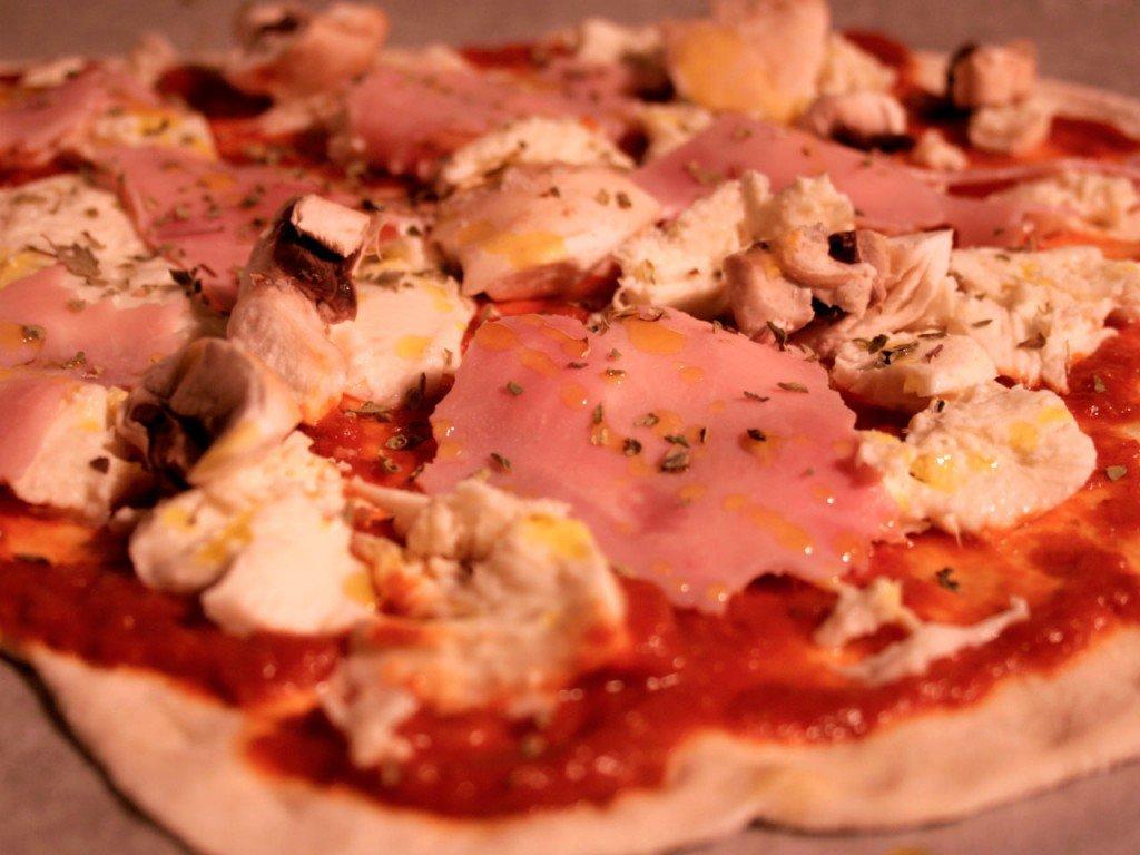 Pizza med skinke og svampe