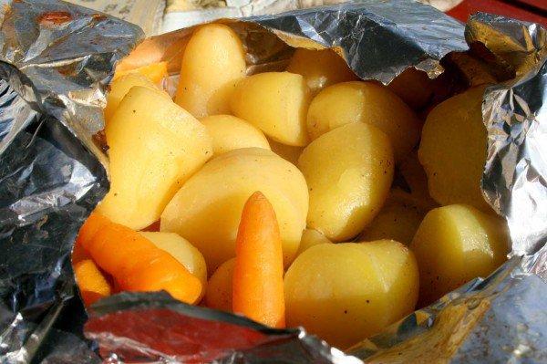 Kartofler og gulerødder lige taget af grillen