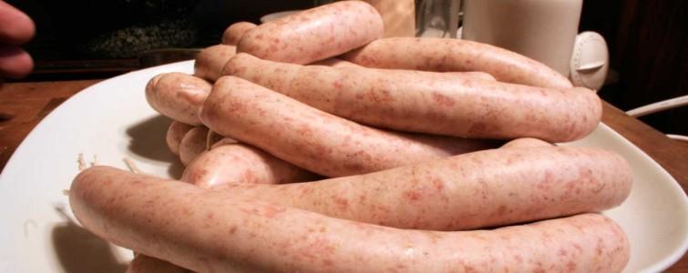 Pølser lavet med svinekød og røget spæk