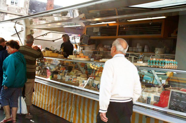 Den lidt flottere ostebutik på markedet i Bayeux