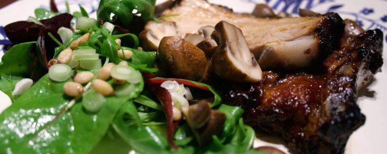 Revlsben med tørristede svampe og salat