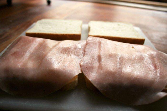 Skinken lagt på toastbrødet