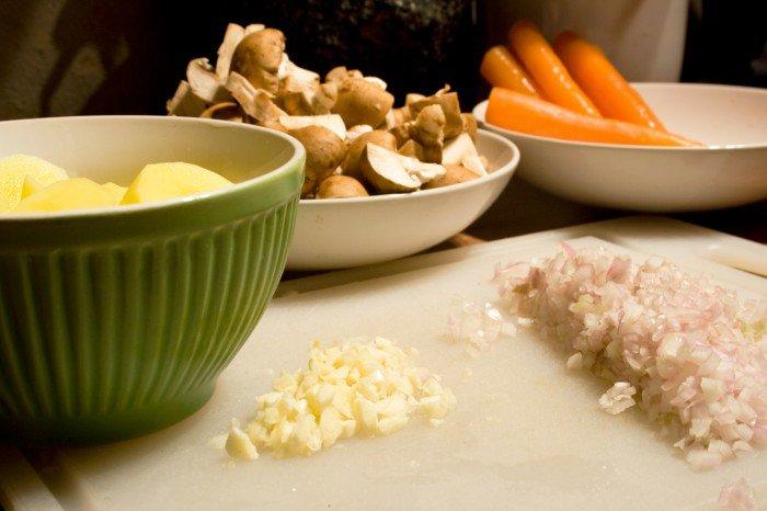 Kartolfler i skiver, champignoner i kvarte, gulerødder, fint hakkede skalotteløg, hakket hvidløg