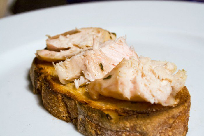 Kyllingebrystet skåret i skiver og lagt på brødet