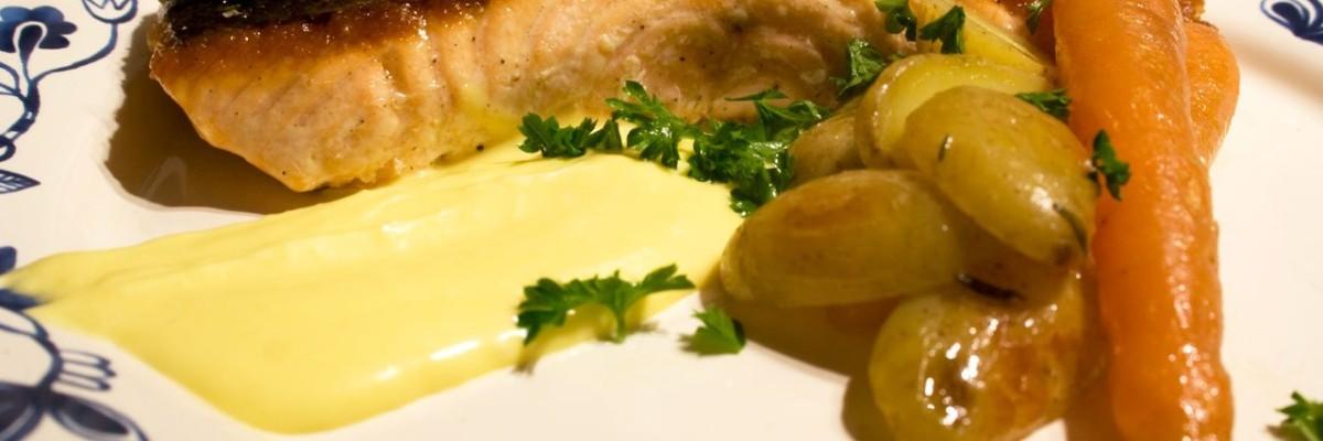 Stegt laks med Sauce bavroise og confitede kartofler og gulerødder