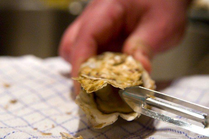 Utraditionelt at bruge en kartoffelskræller til at åbne østers med - men pyt bare det virker