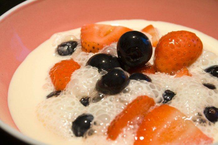 Jordbær og blåbær med kulsyre, serveret med fløde