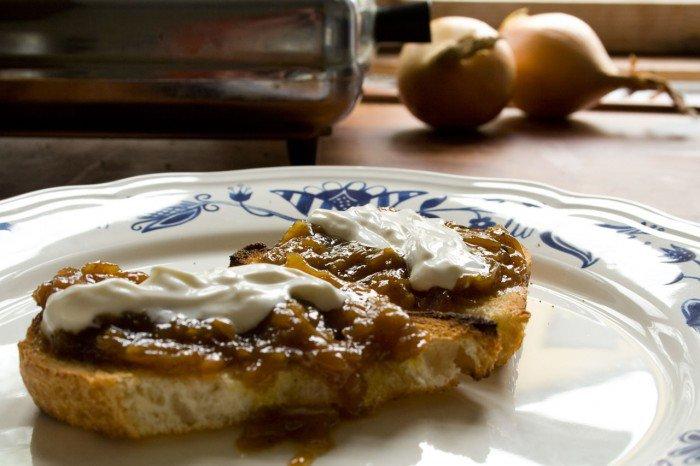 Løgconfit på ristet brød med creme fraîche