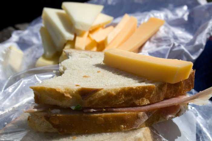Skinkesandwich med Bornholmsk sennep og frisk oregano