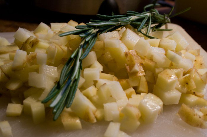 To fint hakkede kartoffeler