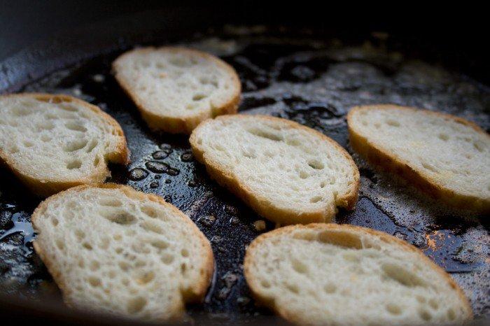 Brødet steges i smør med hvidløg