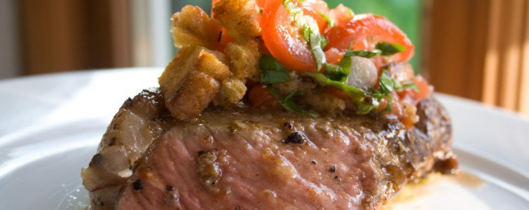 Oksefilet (næsten lavet sous vide) med brød og tomat salat