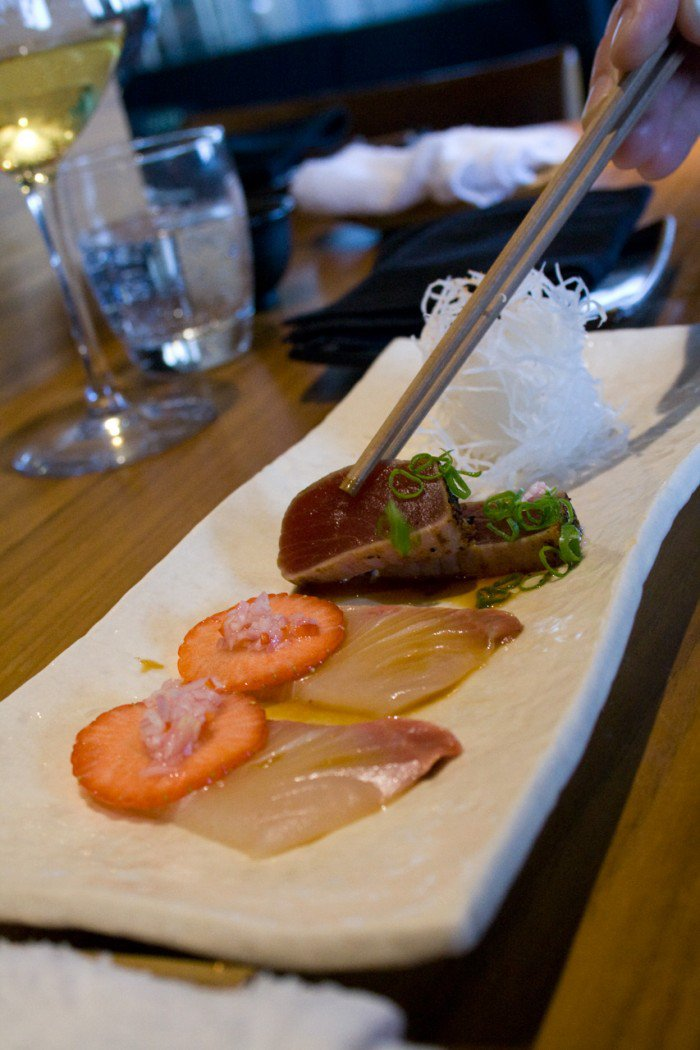 Hamachi med jordbær, letstegt tun med sauce tataki