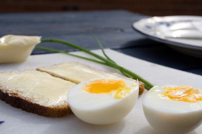 Kogte æg, rugbrød med tandsmør! (rigeligt)