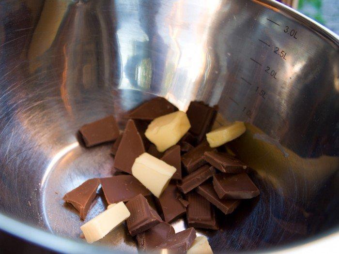 Mælke chokolade og smør i vandbad