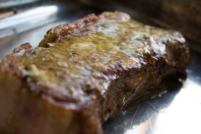 Oksefilet bøffen smurt med smør og hvidløg knust med knivsblad