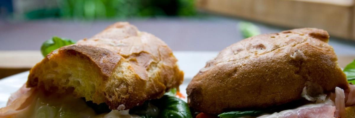 Lun sandwich med skinke, ost, tomat og basilikum