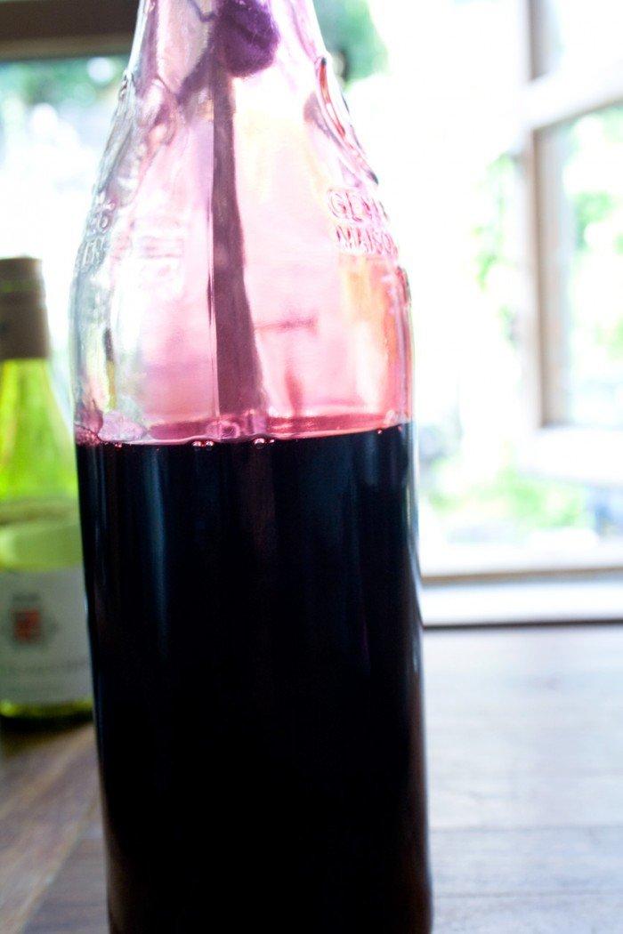 Den færdige solbær saft hældes på flaske