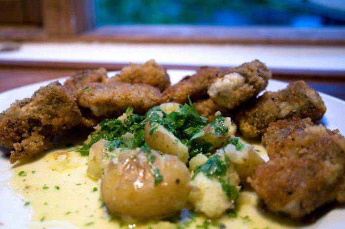 Stegt ål med nye kartofler og persille smørsovs