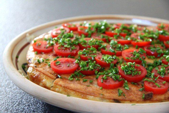 Æggekage med tomat og purløg