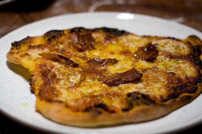 Pizza med basilikum tilført mozzarella