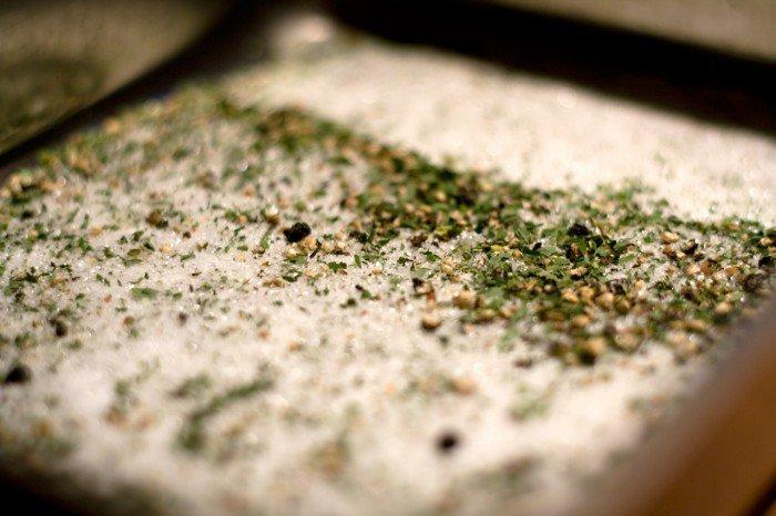 Salt, knust sort peber og ramsløg