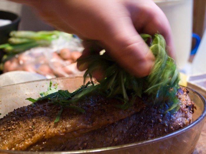 Salvien drysses over og rundt om stegen før den sættes i ovnen ved 100 grader celcius