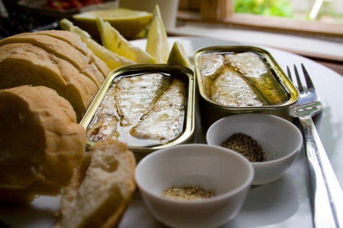 Sardiner med citron, brød og to slags peber