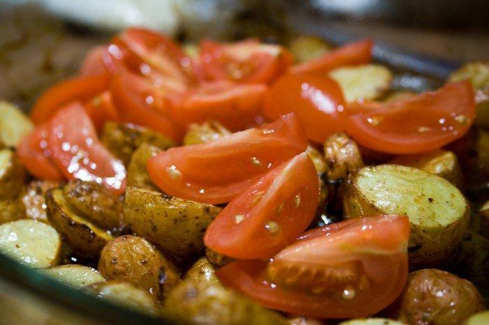 Tomaterne ligges i det ovnfaste fad og steges med det sidste stykke tid