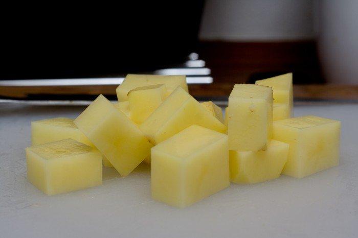 Kartofler skæres ud i pæne store ensartede tern