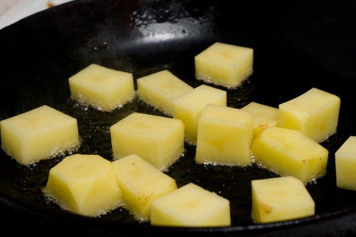 Kartoflerne steges gyldne i andefedt på alle sider