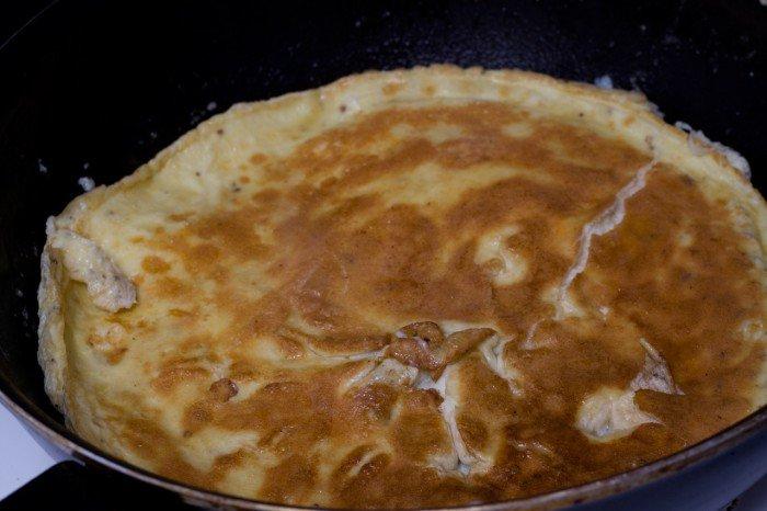 Omeletten vendt, så det indre side kunne blive færdig