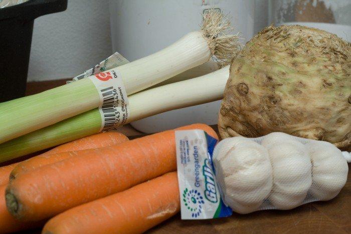 Porrer, gulerødder, knoldselleri og hvidløg. Der skal kun bruges 8 fed hvidløg - ellers skal det hele bruges som fundament for saucen