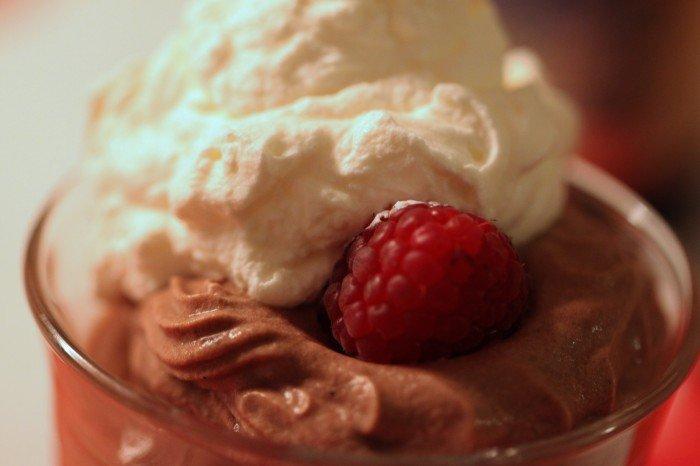 Chokolademousse med friske hindbær og flødeskum