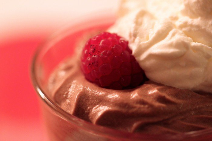 Chokolademousse med hindbær og fløde