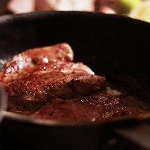 <b>På besøg hos Madingeinøren - til svinekoteletter, rodfrugter og….smørsovs!</b>