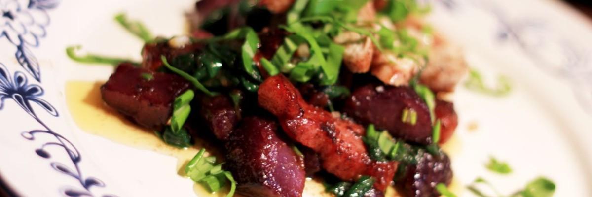 Blå kartofel med spinat, bacon, kylling og ramsløg