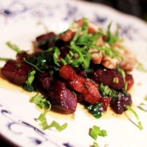 <b>Blå kartofel med spinat, bacon, kylling og ramsløg</b>