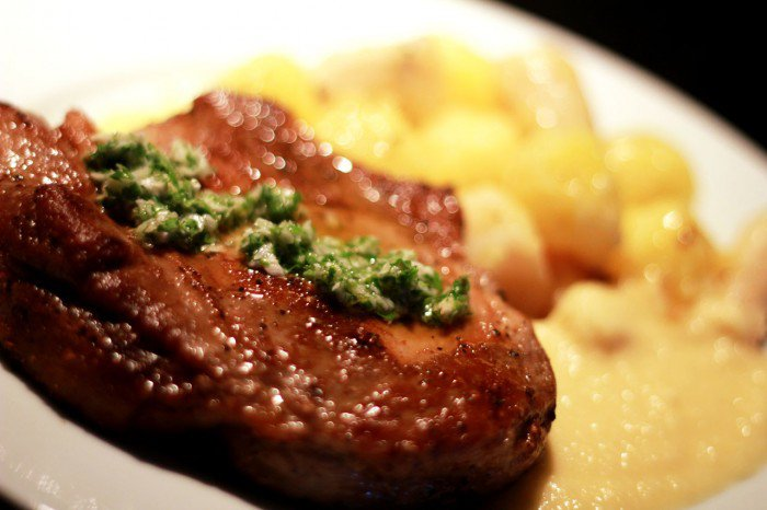 Svinekotellet med kogte rodfrugter,peberrods gremolata og smørsovs