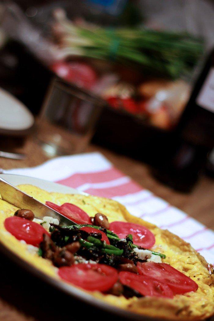 Omelet på andeæg med morkler, svampe, tomater og grønne bønner