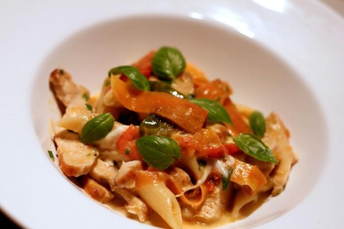 Pasta med tomat, kylling og bøffelmozzarella